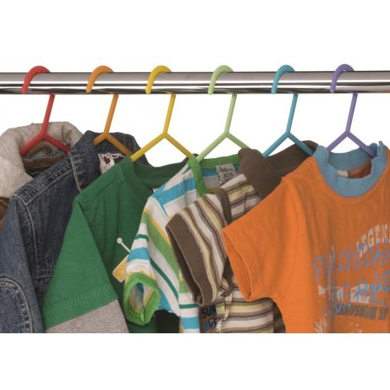 Gekleurde kinderkleding hangertjes