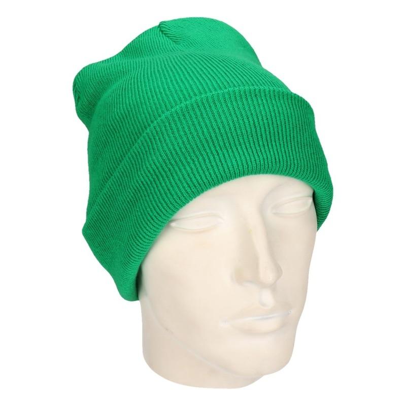 Warme gebreide muts in het groen
